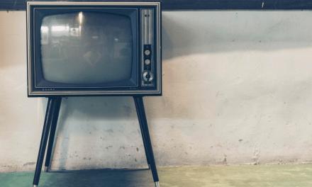 Demasiada televisión conduce a malos hábitos alimenticios en la adolescencia
